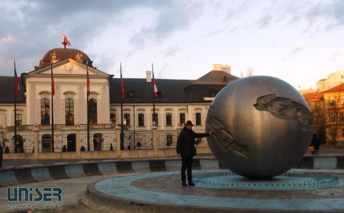 Lucio davanti al palazzo presidenziale